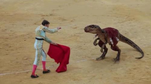 Así muere un velociraptor a manos de un torero en una impactante campaña contra la fiesta de los toros