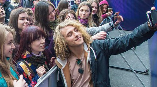 Eurovisión 2017: Gran acogida de los fans a Manel Navarro en el Eurovillage