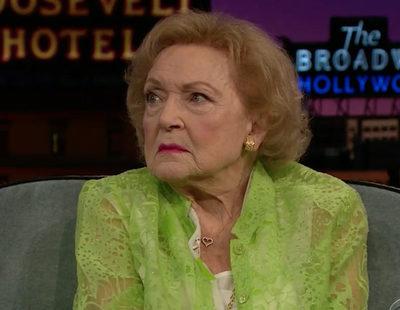 """'The late late show': Betty White ('Las chicas de oro') presume de su """"poker face"""""""
