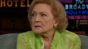 "'The late late show': Betty White ('Las chicas de oro') presume de su ""poker face"""