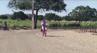 'Las Kardashian': La estrepitosa caída en bici de Kendall Jenner con su abrigo rosa