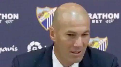 Los jugadores del Real Madrid bañan a Zidane con champán durante la rueda de prensa