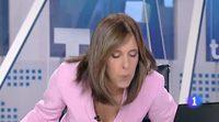 Pillada a Ana Blanco mientras soplaba en la mesa del 'Telediario'
