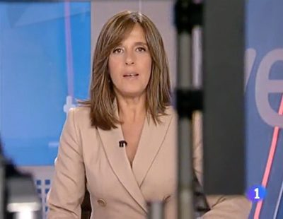 Ana Blanco ni se inmuta cuando una cámara se cuela entre ella y el teleprompter