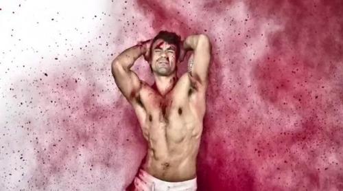 Divinity explota en colores con los protagonistas de 'Yo quisiera' para celebrar el Orgullo Gay