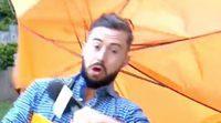 Deric Ó h'Artagáin, hombre del tiempo de la televisión irlandesa, es arrastrado por el viento en directo
