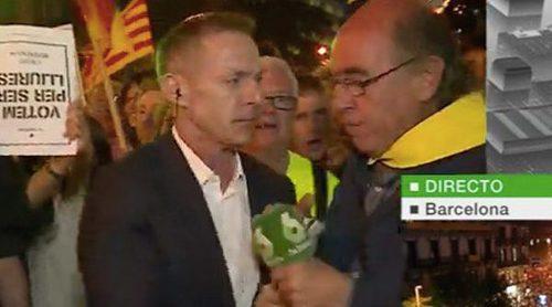 Un manifestante independentista le arranca el micrófono a Hilario Pino de las manos