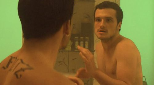 Escena de 'Future Man' con el descomunal pene de Josh Hutcherson por partida doble
