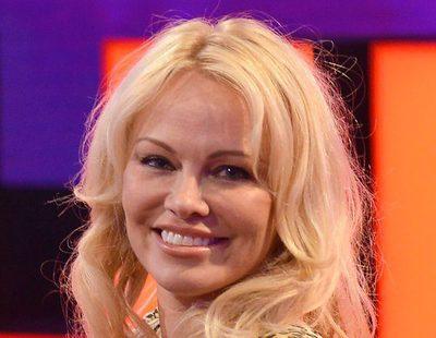 Pamela Anderson habla sobre las fiestas Playboy y la independencia de Cataluña en el avance de 'Chester'
