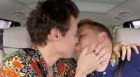 Harry Styles besa a James Corden en el especial de Navidad de 'Carpool Karaoke'
