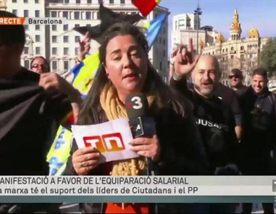 Manifestantes de la Policía y Guardia Civil dificultan la conexión en directo de una reportera de TV3