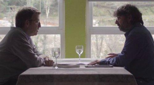 """'Salvados': Jordi Évole le regala el libro """"Fariña"""" a Alberto Nuñez Feijóo"""