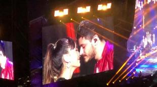 """Aitana y Cepeda sorprenden con un beso tras cantar """"No puedo vivir sin ti"""" en el concierto del Bernabéu"""
