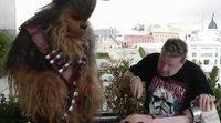 """Alberto Chicote enseña a Chewbacca cómo cortar jamón: """"Vaya donde vaya el halcón, termina donde haya jamón"""""""