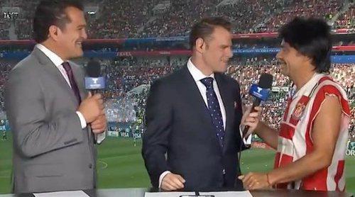 Mundial Rusia 2018: El humorista Eugenio Derbez se cuela en directo en el set de Telemundo