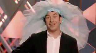 Promo de 'Improvisando' con Arturo Valls poniéndose una falda como si fuera el velo de una novia