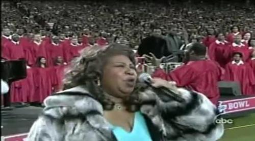 Aretha Franklin canta el himno nacional en la Super Bowl 2006
