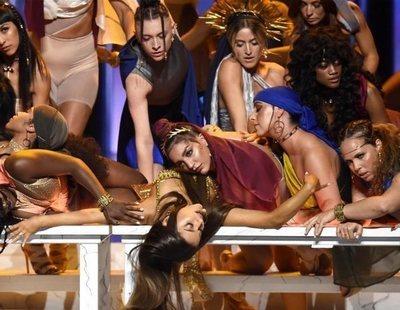 """MTV VMAs 2018: Ariana Grande celebra una Última Cena con mujeres en la actuación de """"God Is a Woman"""""""