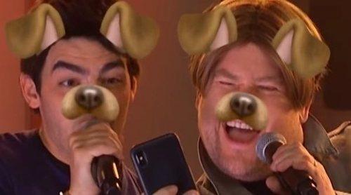 """Los Jonas Brothers se vuelven muy actuales parodiando """"Year 3000"""" con James Corden"""
