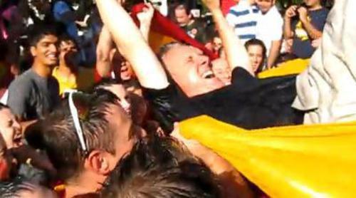 Lorenzo Milá es manteado por aficionados españoles en Washington