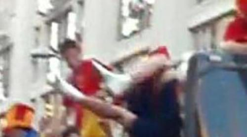 Arbeloa se cae durante el paseo triunfal de la Selección Española en Madrid