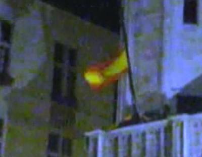 Un fan iza la bandera española en el ayuntamiento de Bruselas