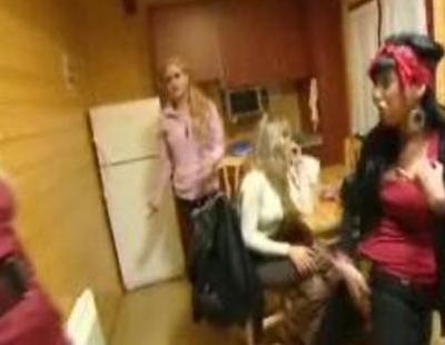 Iratxe y Paqui de 'Princesas de barrio' se pelean por el ticket de la compra