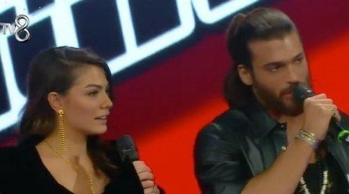 La actuación sorpresa de Can Yaman y Demet Özdemir, protagonistas de 'Erkenci Kus', en 'La Voz Turquía'