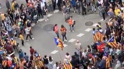 Una reportera de 'El programa de Ana Rosa' es increpada por una masa de manifestantes en Barcelona