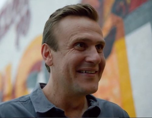 Jason Segel crea un críptico mundo en el tráiler de 'Dispatches from Elsewhere'