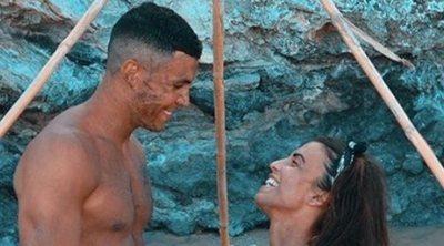 Kiko Jiménez corre totalmente desnudo para darse un chapuzón durante sus vacaciones en Ibiza