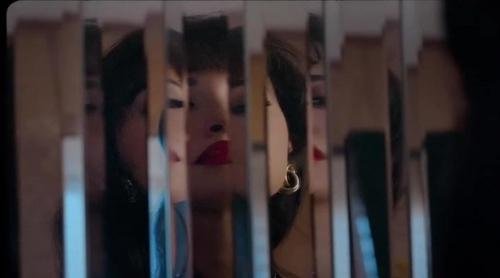 Christian Serratos es Selena en la serie de Netflix