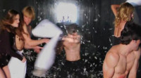 Los protagonistas de 'Revenge' se pelean a golpe de almohada medio desnudos