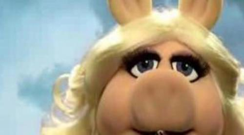 """Peggy utiliza la estética 'Pretty Little Liars' para promocionar """"The Muppets"""""""