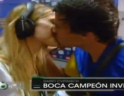 El futbolista Darío Cvitanich, del Boca Juniors, besa a la reportera emulando a Íker Casillas