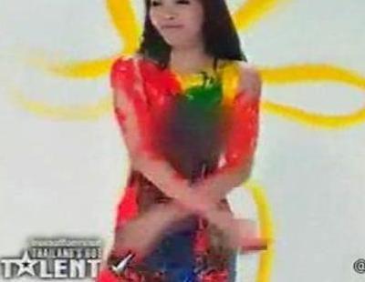 Una joven pinta un lienzo con sus pechos en la versión tailandesa de 'Tienes talento'