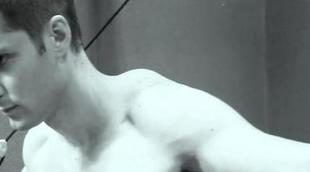 El actor Sergio Mur luce músculos para Must! Magazine
