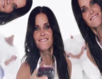 Los protagonistas de 'Cougar Town' se tiran copas de vino en la promo de su cuarta temporada en TBS