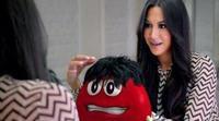 Naya Rivera ('Glee') se enamora de un M&M en uno de los anuncios de la Super Bowl