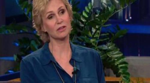 Jane Lynch se emociona al recordar a Cory Monteith en 'The Tonight Show'