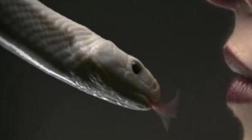 Una serpiente se mete en la boca de una chica en el nuevo teaser de 'American Horror Story: Coven'