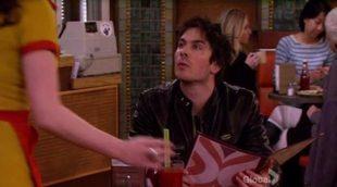 Los rostros de las series acuden al bar de 'Two Broke Girls' en la intro de los People's Choice Awards 2014