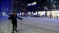 Andy Samberg, esquiando por el centro de Nueva York para llegar al show de David Letterman