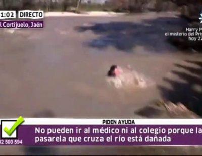 Un reportero de Canal Sur se cae al río en directo