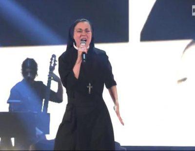 """Sor Cristina interpreta """"Lungo la riva"""" en la final de 'La Voz Italia'"""