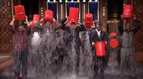 Jimmy Fallon y su equipo cumplen el reto del cubo de agua helada