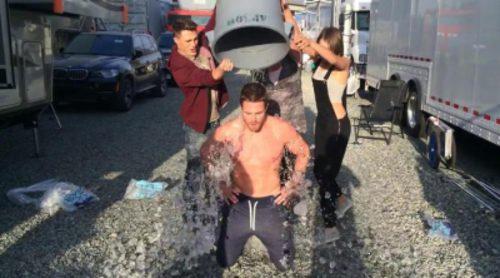 Stephen Amell de 'Arrow' cumple el reto del cubo de agua helada