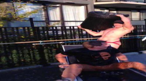 John Barrowman cumple el reto del cubo de agua helada
