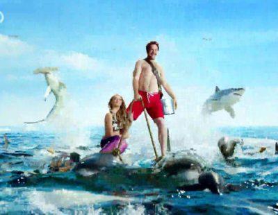 Una pareja navega en medio del mar entre tiburones en la promo de 'Sharktember' de Discovery Channel