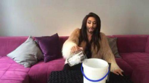 Conchita Wurst cumple el #IceBucketChallenge a su manera